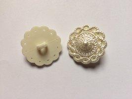 witte bloemmotief knoop 25 mm